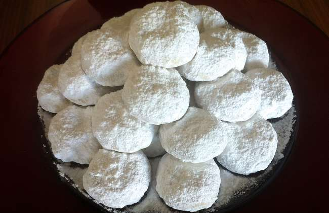 Traditional Kourampiedes / Kourabiethes (Greek Christmas Butter Cookies)