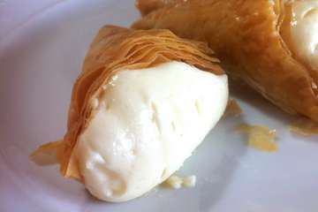 Phyllo Triangle pastries with Custard (Trigona Panoramatos)
