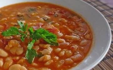 The traditional Greek bean soup recipe (Fasolada)