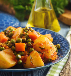 Greek peas and potato stew with tomatoes (Arakas laderos kokkinistos)