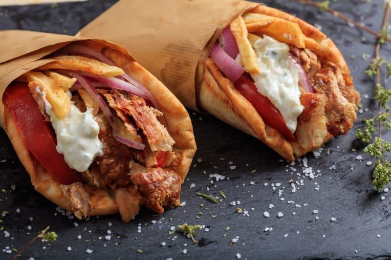 ژیروس خوک پیچیده شده در نان پیتا